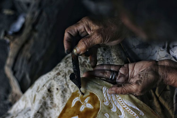 The making of batik. Batik The Photojournalist - 2018 EyeEm Awards Tradition Traditional Culture Traditional Clothing Art And Craft Craft Creativity Culture Cultures Hand Human Body Part Human Hand Preparation  Skill  Traditional Working