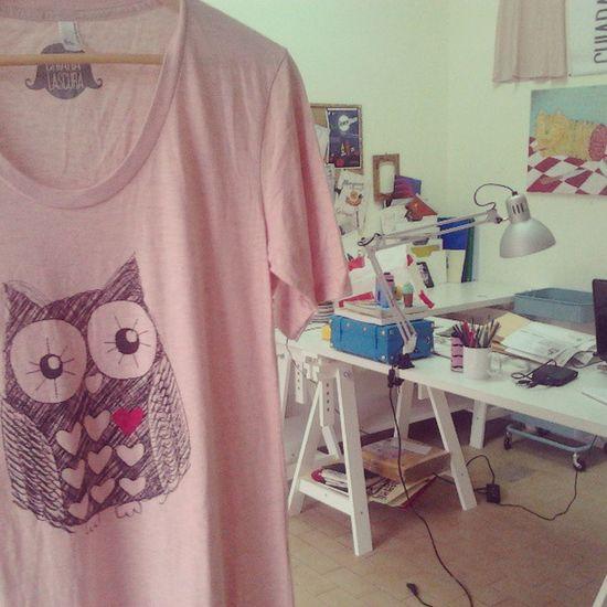 Miss owl in Love. Signorina gufetta innamorata. #graphictshirt #graphicdesign #dress #fairwear #ecofashion #fashion #summer #screenprinting #illustrarion #serigrafia #gufo #owl #chiaralascura #shopping Shopping Summer Owl Fashion Dress Gufo Graphicdesign Serigrafia Screenprinting Chiaralascura Fairwear Illustrarion Graphictshirt Ecofashion