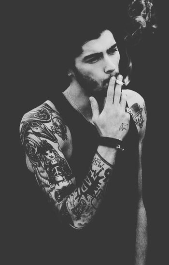 Zayn smoking looks so damn hot? Zayn✌ Zaynmalik  Malik Zayn Is Fucken Hot ❤
