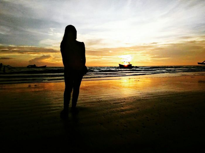 😍 hati manusia bagaikan lautan yang dalam dan tenang. kita takkan pernah tau peristiwa buruk apa yg pernah di alami seseorang 😊 Pantailampusatumerauke Water Sea Full Length Sunset Beach Standing Women Silhouette Reflection Low Tide First Eyeem Photo