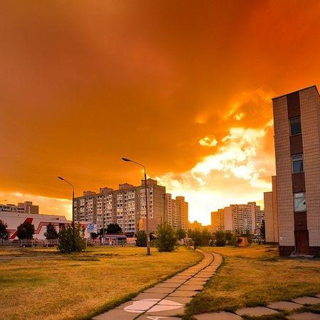 Закат солнце красиво оранжевый киев Украина серияHDR Sun sunset sundown lights rays orange green трава дорога road building heaven hdr хдр небо sky clouds тучи wonderful