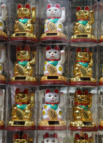Happiness Art Asiatisch Close-up Creativity Glücksbringer Glückskatze Illuminated In A Row Japanese Bobtail Japanische Kultur Looking At Camera Maneki-neko Many Art Emotions Multi Colored No People Portrait Traditional Culture Traditional Culture Of China Winkekatze 招き猫