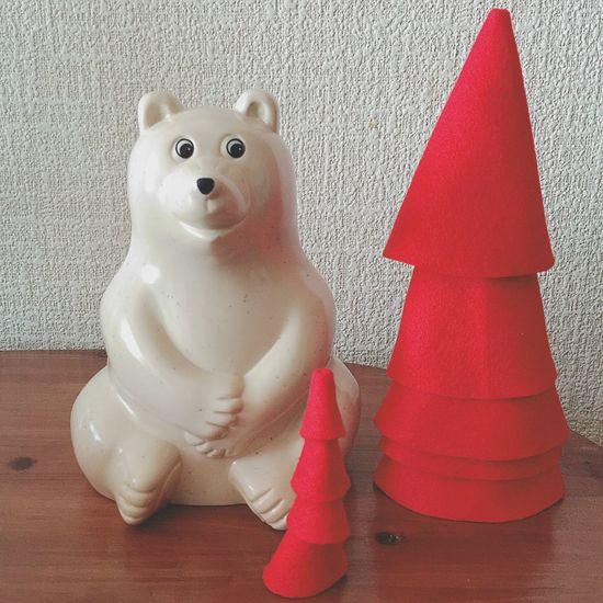 赤いツリー 小さなサンタ帽を作りたくて、赤いフェルトを積み重ねてたら、なんだかツリーっぽくなったよ↟↟↟ だから、記念に撮ってみた。 何の記念か分からないけど。笑 クリスマスの飾りモノ、いろいろ作ると楽しいね〜●´ᆺ`●♪ クリスマス Christmas クリスマスツリー Christmastree Xmas サンタ帽 サンタクロース フェルト Felt 手芸 しろくま貯金箱 北欧雑貨 ぬい撮り ぬいどり