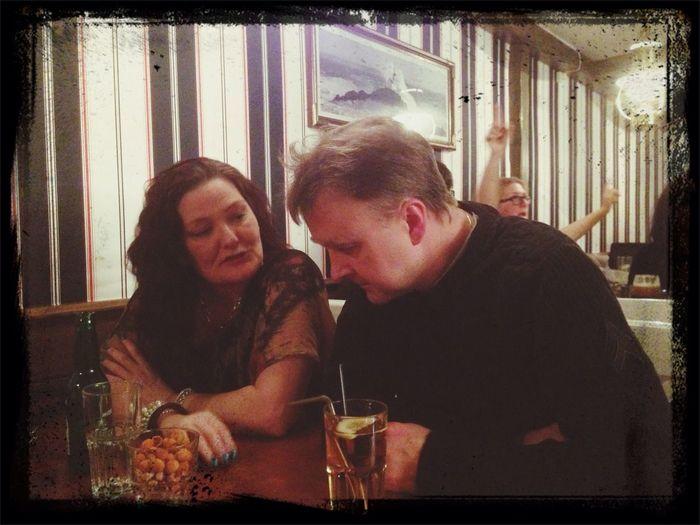 Anette & brorsan i djup(?) konversation ☺️ People