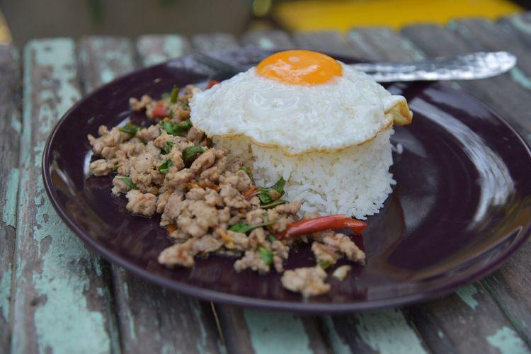 ข้าวผัดกระเพราหมู :: Rice Topped With Stir-fried Pork And Basil Rice Ready-to-eat Food And Drink Freshness Rice - Food Staple Indoors  Food No People Close-up Plate Healthy Eating Day
