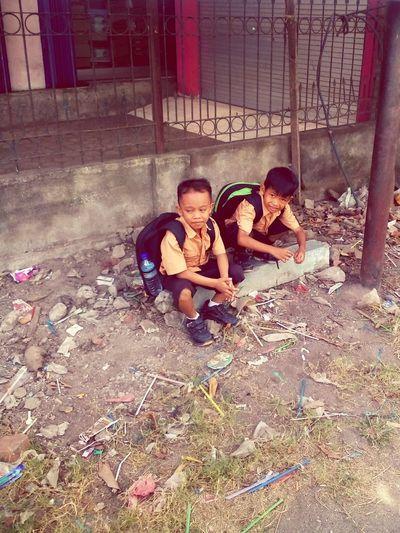 Ketika Anak2 itu menungguku di tepi jalan itu.. Children Back From School Elementary School First Graduation Nextgeneration My Next Superman Ibank N Rafa