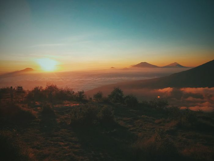 Mood.. Sunset Landscape Scenics Sunlight Nature Tree Mountain Outdoors Morning Beauty In Nature Sun Fog Sky Tranquility Cloud - Sky No People Dawn Day Canon Canonphotography Space Travel Irrigation Equipment Astronomy Tree