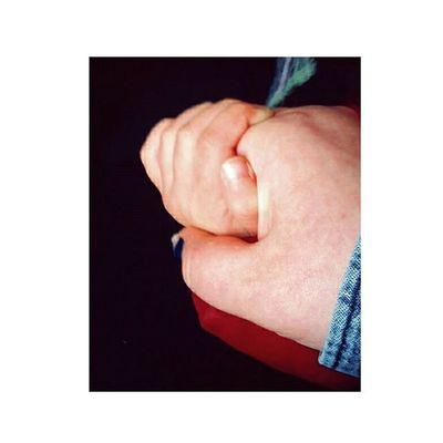 /Non puoi essere felice se un pezzo di cuore non c'è./ Nocrop Amoremio Love Mano Hand Strettadimano Ununicocuore Cuore Tiamo Cugina Felice Lafelicità Felicità Snapchat Aviary L4l F4F Followme Tagsforlike Likesforlikes Likes Like Follow