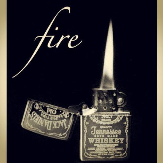 Basta apenas uma faísca para acender um um fogo. O fogo difere da chama. E se a chama permanecer acesa... Fogo Chama Quente Calor dirfarce