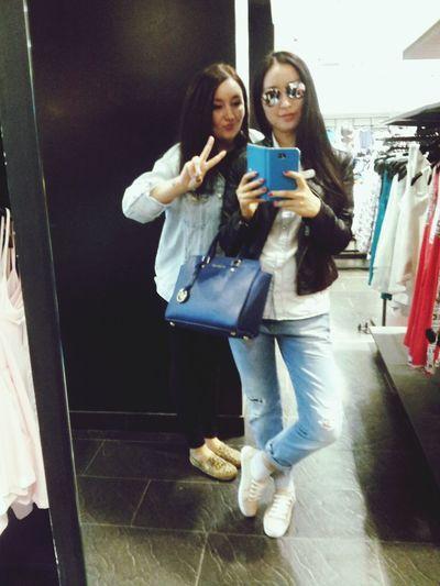 после фестиваля пошли гулять по магазинам Meeting Friends Hello World Taking Photos Selfie