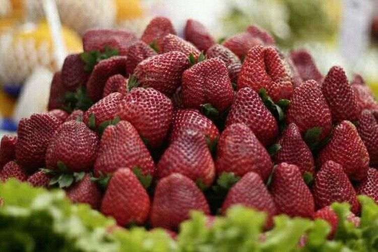 Para encher os olhos... Que tal um rolezinho no mercadão!?Mercado Frutasvermelhas Morangos Morangos Com Nutella Morango Com Cookies KeepthefaithCalmante Para A Alma Taking Photos Fruits Stramberry