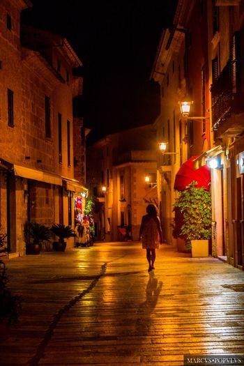 La dama de Alcúdia/ The lady of Alcúdia Alcúdia (Mallorca) SLT-A65V f/5.6 55 mm 1/30 s 1600 Aug 27, 2016 Marcus Populus Architecture Building Exterior City City Life Illuminated Lighting Equipment Night One Person Real People Street Street Light Walking
