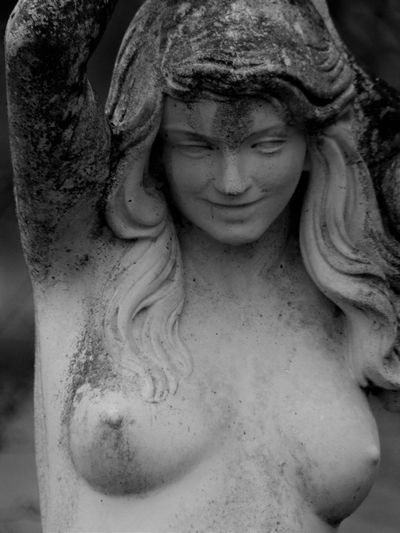 Statue dans un jardin Bustywomen Close-up Day Enjoy The New Normal EyeEm Best Shots Macro No People Outdoors Smile Statue Woman Woman Portrait Women Who Inspire You