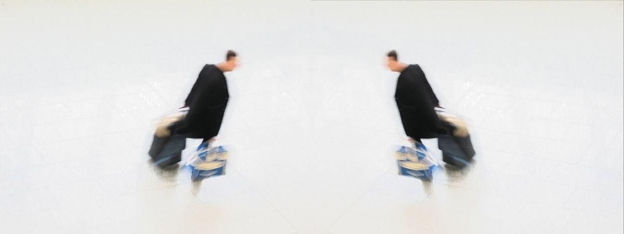 Reisender Mann mit Gepäck sieht sein Spiegelbild Adults Only Beeilung Business Businessman Doppelt Flughafen Flughafenhalle Gehend Geht Gepäck Gespiegelt Going Koffer Mann Men Mirror Only Men People Spiegelbild Symbol Symbolbild Tasche Tempo Two People