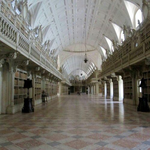 Biblioteca da Mafra... Il fascino di 40.000 libri in un colpo d'occhio...