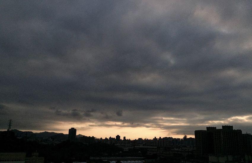 Yesterday sunset. City Sky Cloud - Sky Sunset Nature EyeEm Best Shots Taking Photos City Life 終於結束的起點 Moment OpenEdit IPhone Photos Sunset And Clouds  後腦勺的夕陽 毎日の夕日 毎日仕事終わり前に