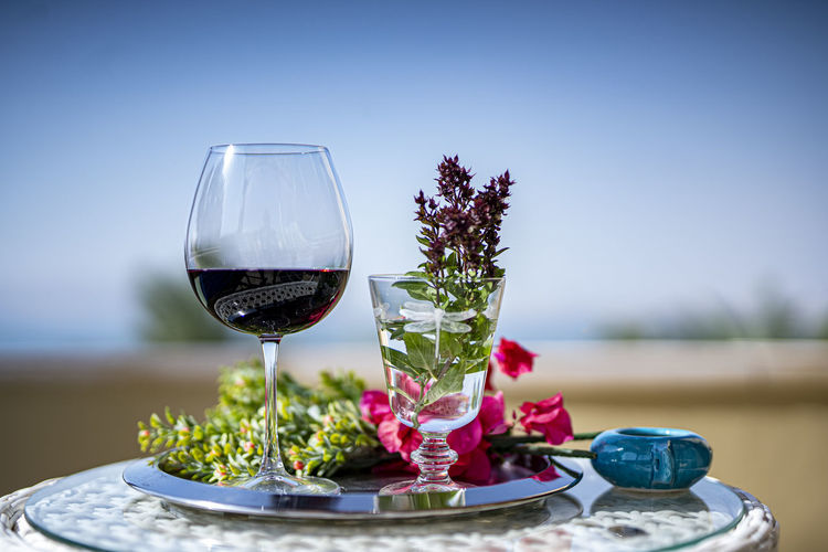 Red wine in glass on table