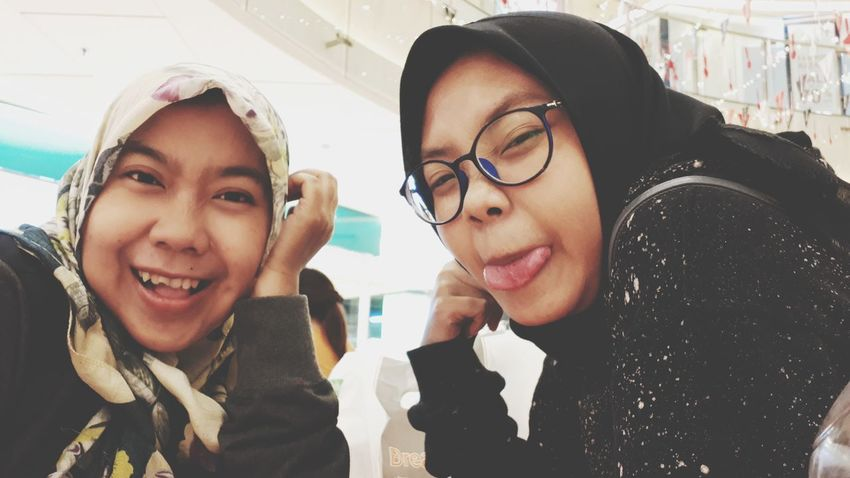 sista Photooftheday Youngwoman EyeEmNewHere EyeEm Best Shots EyeEm Gallery Fashion Photography Fashion Sister Hijab Sisters Young Women Friendship Portrait Eyeglasses  Smiling Togetherness Men Cheerful Women Happiness