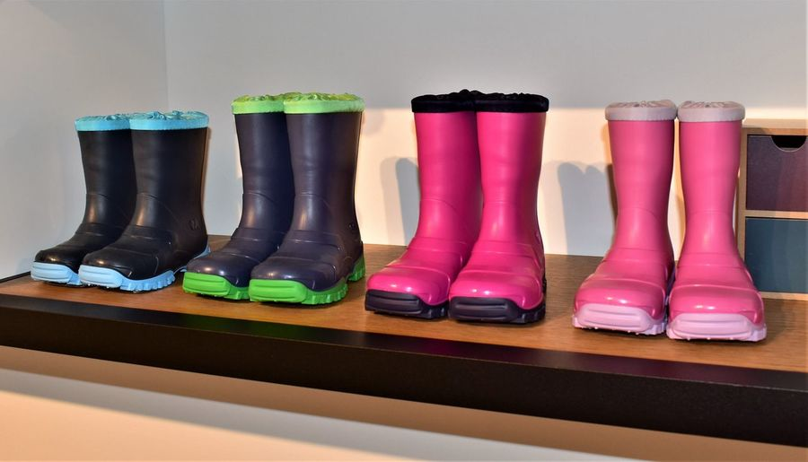 Kinderstiefel Stiefel Arrangement Choice Close-up Green Color Group Of Objects In A Row Indoors  Medium Group Of Objects Multi Colored Order Pink Color Reflection Rubber Boot Shelf Side By Side Still Life Table Variation Wall - Building Feature Wood - Material