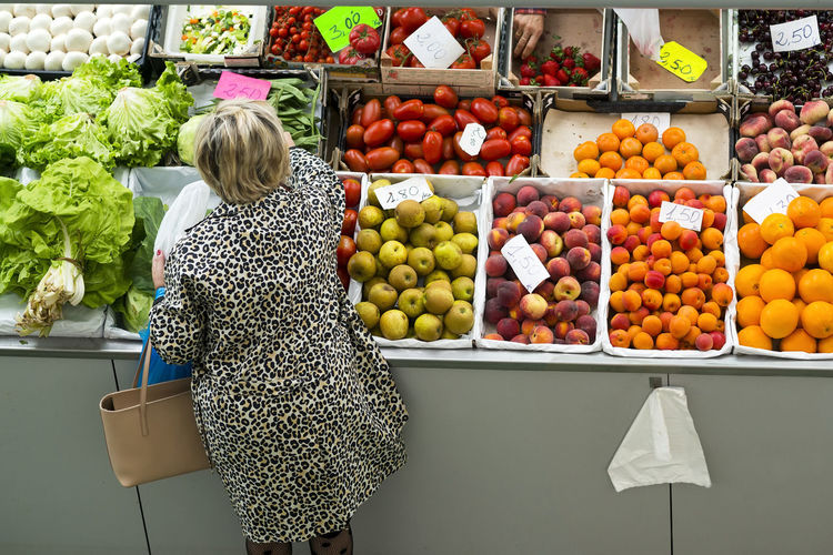 fruit shop in supermarket and women buying Bazaar Buying Parts Market Shooping Supermarket Apple - Fruit Buying Food Food And Drink Freshness Fruit Fruits Healthy Eating Hypermarket Market Merkat Orange Orange Color Retail  Wellbeing Women