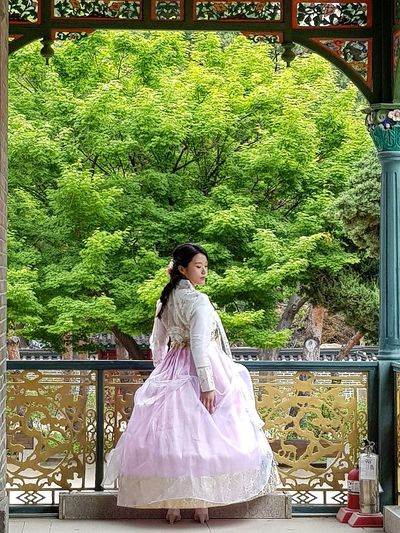 i was extremely fortunate to see this.Photoshoot Woman Hanbok Deoksugung Palace Seoul Architecture Palace Architecture Architecture Korean History Korean Culture Tripwithson2017 Tripwithsonmay2017 Seoul Streetphotography Streetphotography Seoul South Korea