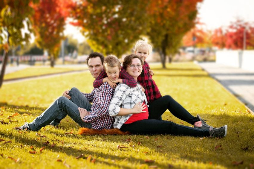 Familie Young Women Men Smiling Child Portrait Togetherness Happiness Cheerful Bonding Full Length Young Family Father Daughter Mother Son Family With Three Children Family With Two Children