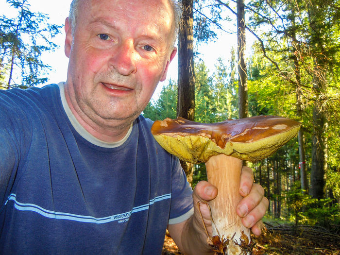erfolgreiche Pilzsuche Best Pflanzen & Früchte Hofi Best Shots Hofi Stimmungsbild Hofi Hobby Steinpilz Mushroom One Person Smiling Happiness Outdoors Holding Cheerful Day Portrait Adults Only Real People People One Man Only Close-up Adult Love Yourself