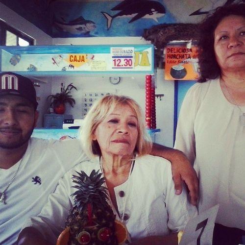 Mi hermano, mi tia, y mi mama celebrando el cumple de mi tia!! Família Tijuana Negrodurazo Mariscos