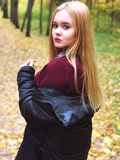 my lovely model📸🍂 EyeEmNewHere EyeEm Best Shots EyeEm Gallery EyeEm Nature Lover EyeEmBestPics Yellow Autumn EyeEm Selects Women One Person Hair Hairstyle Long Hair Portrait Lifestyles Blond Hair Standing Beauty Young Women Casual Clothing Beautiful Woman Clothing