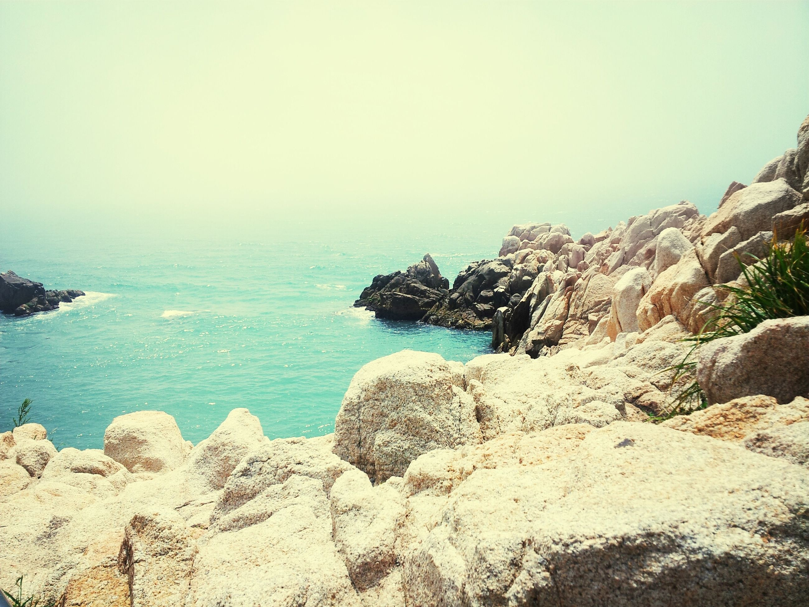 sea, scenics, tranquil scene, horizon over water, tranquility, water, rock formation, beauty in nature, rock - object, clear sky, nature, rock, cliff, idyllic, beach, copy space, blue, shore, coastline, sky
