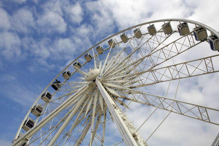 Amusement Park Amusement Park Ride Arts Culture And Entertainment Aussicht Außenaufnahme Big Wheel Blauer Himmel, Weiße Wolken Clouds And Sky Day Ferris Wheel Gestänge Jahrmarkt Kabine Leisure Activity No People Outdoors Promenade Riesenrad Rundfahrt Sky Weisses Riesenrad