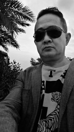 Only Men Portrait One Person Adults Only One Man Only Selfie Portrait Tree Outdoors Day Outdoor Photography Street Photograpy Wearing Sunglasses Lifestyle Photo Shoot Standing Still