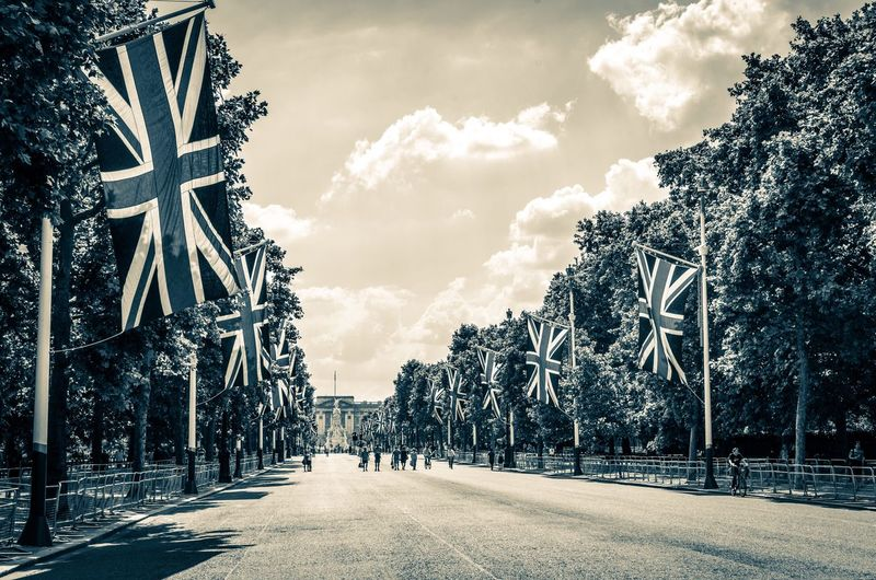 On The Mall , London's famous avenue, towards Buckingham Palace in su The Mall Buckingham Palace Promenade London Road Avenue Avenue Of Trees Flags British Flag Union Jack Union Flag Royal Monarchy British Westminster England Patriotism People Cycling Sightseeing Brexit Walking Summer Clouds Sky