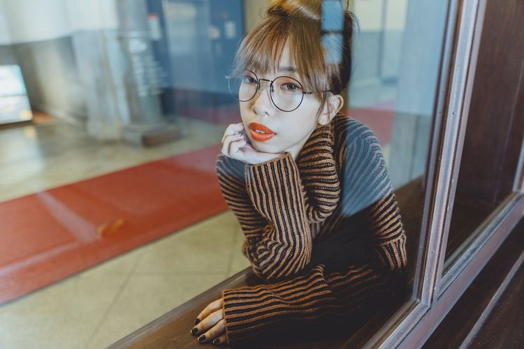Sony Sonyalpha City 人像 Portrait Of A Woman Girl Bestoftheday EyeEm Best Shots 台北 Daily Life EyeEmNewHere Taiwan Women Portrait Taipei 台灣 Street One Person Real People Indoors  Portrait Casual Clothing Young Adult Child Autumn Mood