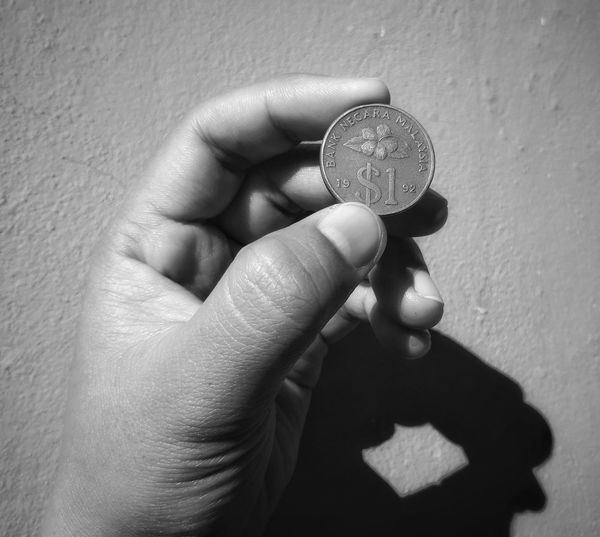 Keningau,SABAH- September,21.2018 : 1 Malaysia Ringgit Limited Edition Limitededition Editorial  Limited Edition Coin Malaysia Old Coin Old Coins Malaysia Malaysian Coin Human Hand Holding Human Finger Close-up Hand
