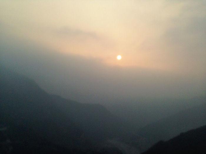 隨著山勢漸高,氣溫也越來越低,太陽就要隱沒在高高的雲層裡,又讓我懷念起在清境的日子。 Sunset