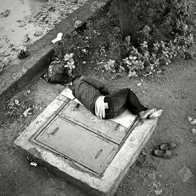 Tubuh yg menekuk di pinggir kali, sandal jepit dan tas kresek berisi Tanah Air. Jakarta Sesuatu Bw