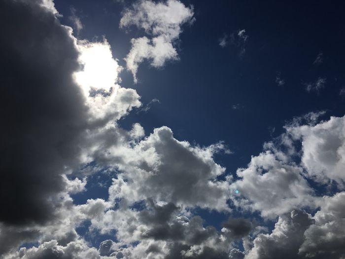Grijze en Witte Wolken in de Blauwe Lucht . Wolkenhimmel Clouds And Sky Holland Nature