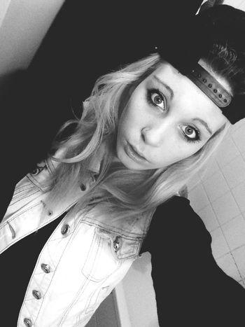 Lève la tête regarde droit devant toi et laisse les problèmes de coter car la vie et trop courte ..💕