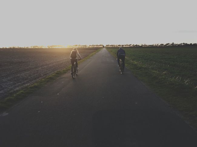 Bike Tour Radtour Sonnenuntergang Sunset 2 Radfahrer 2bikes Bike Sky Rear View Walking Group Of People Nature Full Length Real People Road Direction Lifestyles Women Togetherness People Transportation Men The Way Forward Leisure Activity Day Adult