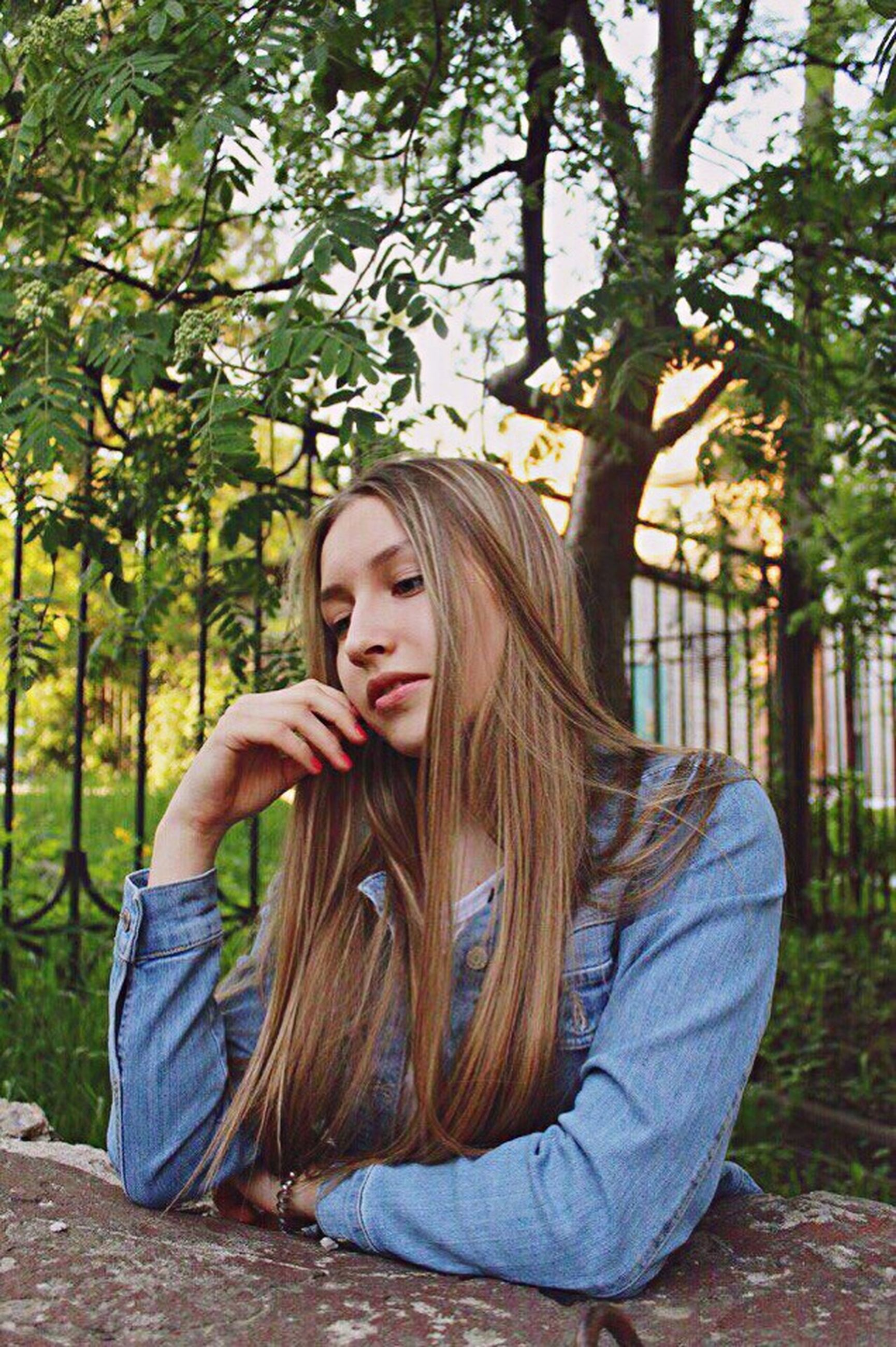 tree, young adult, young women, person, long hair, lifestyles, casual clothing, leisure activity, looking at camera, front view, smiling, portrait, waist up, blond hair, brown hair, day, tree trunk