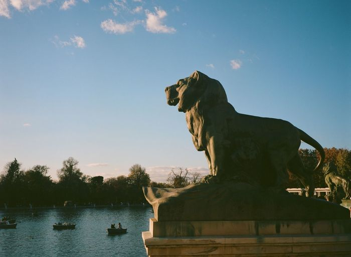 Lion sculpture against sky