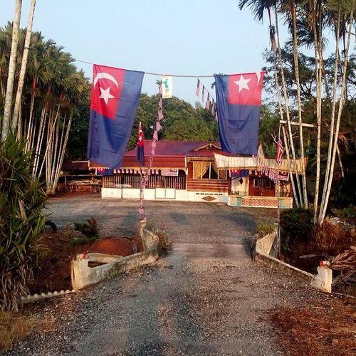 Semangat berkobar-kobar Atok den pasang bendera Malaysia ni,. Di sini lahirnya pelbagai cerita Merdeka Jalurgemilang MalaysiaTanahAirku Johordarultakzim Salikinmansor Parittengahsrimerlong Rumahatokaku