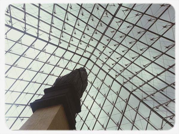 Pirâmide do Louvre vista da escadaria. de dentro.
