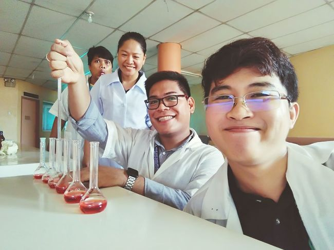 Chemates 💕⚛️ Chemistry Lab Teamwork Eyeglasses  Togetherness Friendship Coworker Portrait Colleague Brainstorming