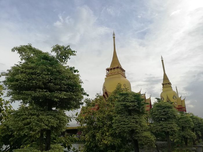 Thai Temple Buddhist Temple BUDDHISM IS LOVE City Tree Place Of Worship Spirituality Religion Ancient Business Finance And Industry Pagoda Architecture Sky Palace Royalty Doges Palace Castle Visiting Statue Civilization Stupa Historic Building Monument