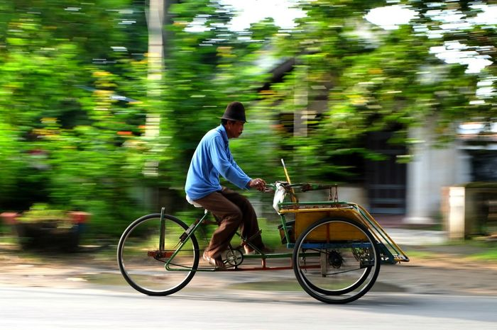 Becak Indonesia Photography  Bojonegoro Traditional Transportation Tradition EyeEmNewHere Streetphotography Becak Bicycle Blurred Motion Cycling Riding Motion Mode Of Transport Transportation Outdoors Speed People
