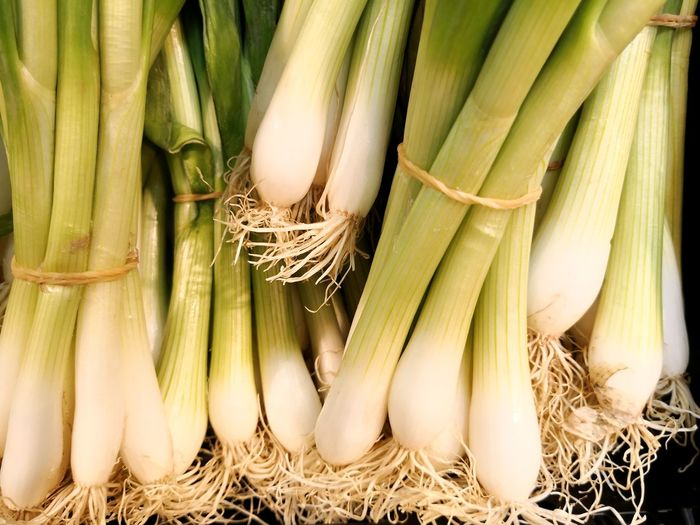Spring onions full frame bundles Wo Der Frosch Die Locken Hat Spring Onions Spring Onion Spring Onions EyeEm Selects Agriculture Vegetable Bunch Cereal Plant Raw Food Organic Close-up Food And Drink Root Leek Corn On The Cob Turnip Noodle Soup Root Vegetable Tied Up Bundle Plant Bulb Rubber Band Farmland Community Garden Homegrown Produce Harvesting Vegetable Garden Self-sufficiency Farmer's Market