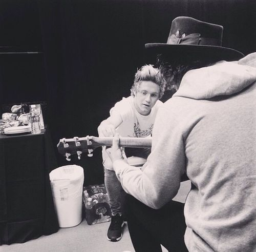 Guitar lesson ?? Playing Guitar Harrystyles Niall Horan Hi!