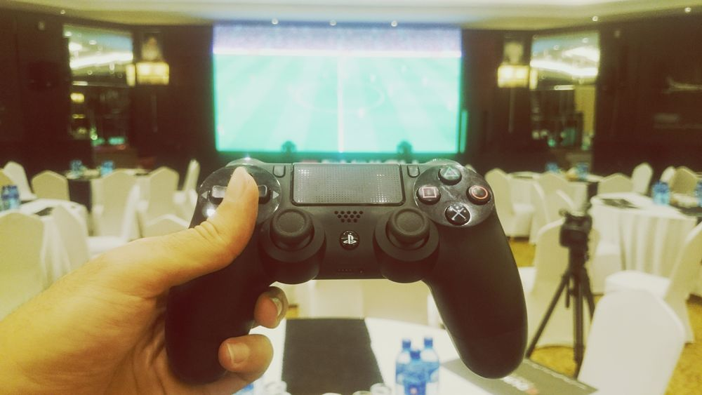 New Arrival Sony Playstation PS4 Playing Football on Big Screen camera:Sonyxperiaz2